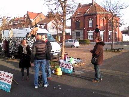 Sur le marché de Lourches pour diffuser le programme l'Avenir en Commun