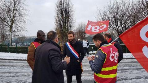 Ugo Bernalicis, député FI du Nord en soutien aux salariés de Castorama devant le siège de Templemars