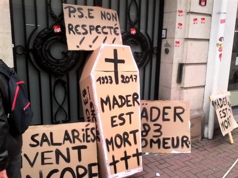 Manifestation des salariés de Mader colors devant le siège de Lille. Octobre 2017.